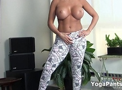 RIchelle Ryan yoga pants